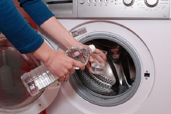 Khử mùi hôi máy giặt cửa trước bằng chất tẩy rửa