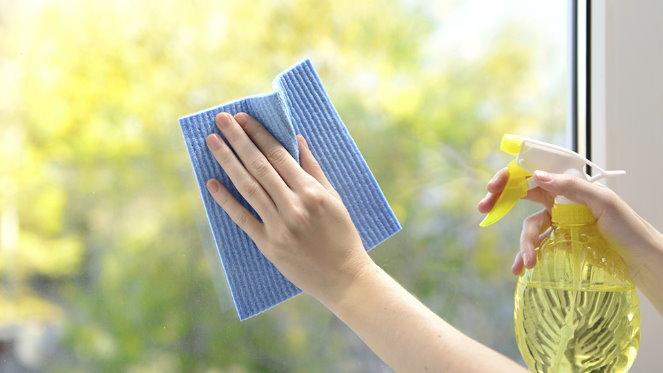 Để loại bỏ vết bụi bẩn khó tẩy trên kính, bạn chỉ cần lấy nước xả quần áo pha với nước rồi cho vào bình xịt, theo tỷ lệ 1 : 4